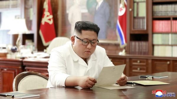 كوريا الشمالية تنشر صورة كيم وهو يقرأ رسالة حررها له ترامب