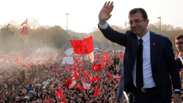 مرشح الحزب الحاكم يقر بهزيمته ويهنئ مرشح المعارضة بفوزه في انتخابات إسطنبول
