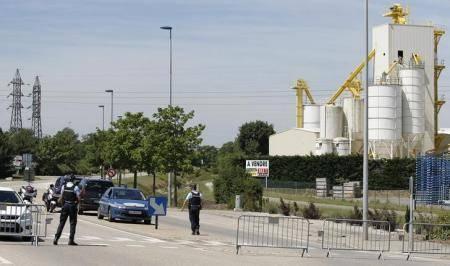 عامل يقطع رأس رئيسه في هجوم نفذه إسلامي مشتبه به بفرنسا