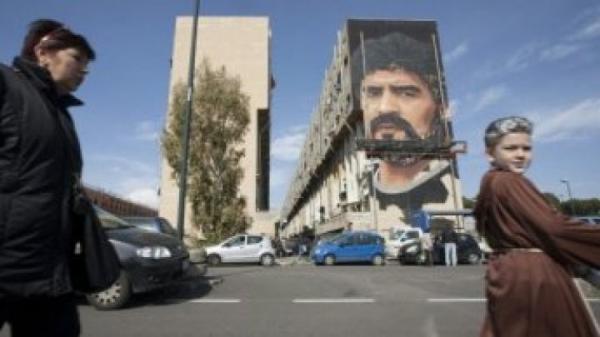 مدينة نابولي تمنح الأسطورة الأرجنتيني مارادونا &#34مواطن شرف&#34
