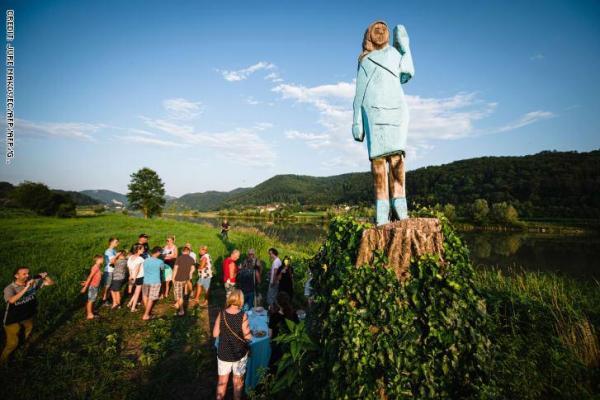 """تمثال ميلانيا ترامب """"السنفورة"""" يثير السخرية في مسقط رأسها"""