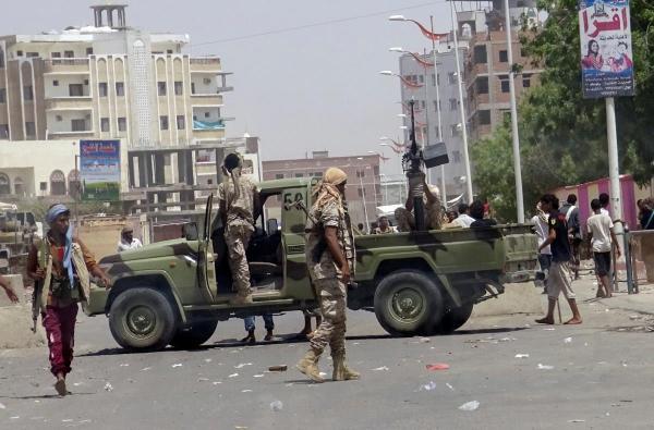 قتيلان وجرحى في تجدد المواجهات بين الفصائل المسلحة بتعز