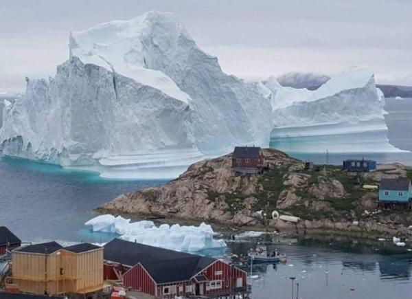 اخلاء سكان قرية بالدنمارك بعد اقتراب جبل جليدي ضخم ومخاوف من تسونامي مدمر
