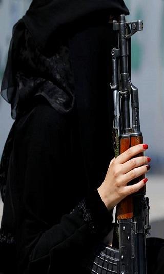 مليشيا الحوثي تجنّد فتيات للإيقاع بناشطين وإعلاميين وسياسيين مُحاكاة لـ&#34الموساد&#34