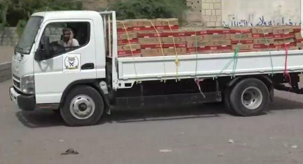 المقاومة المشتركة توزّع مواد إغاثية مقدمة من الهلال الاحمر الاماراتي للمواطنين في مديرية التحيتا