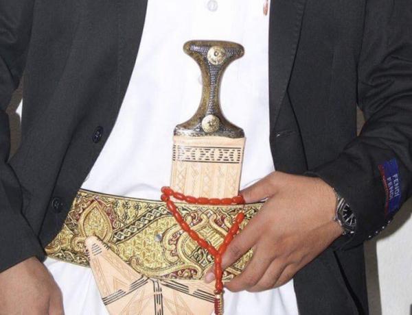 مليشيا الحوثي تعتدي بالضرب على شيخ قبلي بارز من حاشد وتسلبه &#34جنبيته&#34