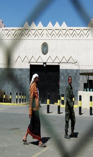 انفراد- مليشيا الحوثي تنهب أجهزة اتصالات ومدرعات تابعة للسفارة الأمريكية و&#34أبوعماد&#34 يؤجرها للمنظمات الدولية