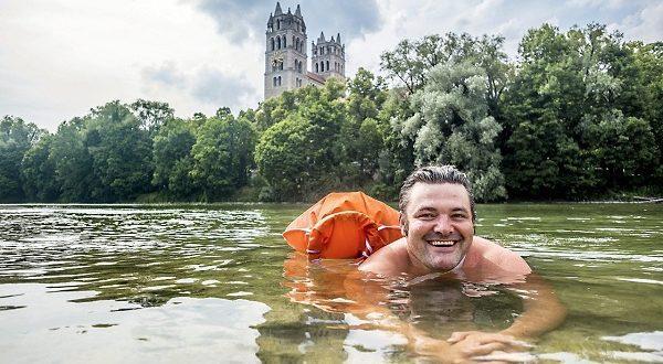 هربا من الزحام.. يسبح يوميا إلى العمل