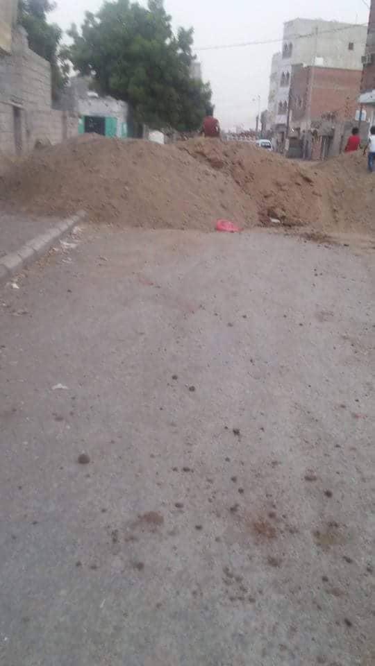 مليشيا الحوثي تنتقل إلى إغلاق الشوارع الفرعية والحارات في مدينة الحديدة بالكتل الخرسانية والحفريات