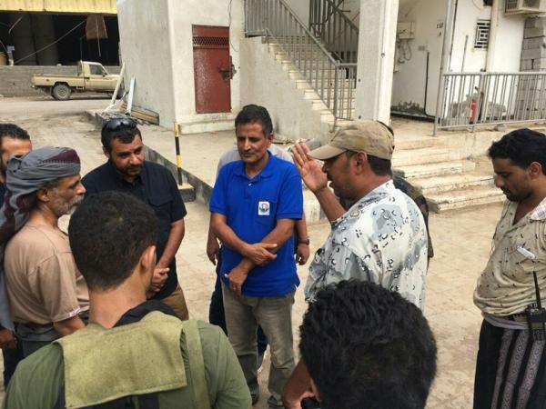 قيادات عسكرية واعلامية تقوم بزيارة عيدية للمرابطين بمدينة الحديدة