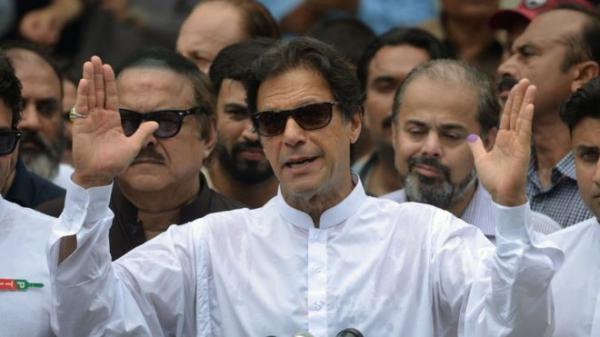 باكستان: البرلمان ينتخب بطل الكريكيت العالمي عمران خان رئيسا للوزراء