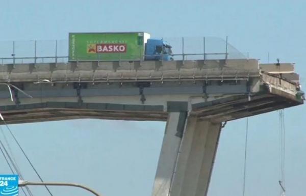 إيطاليا: ما قصة الشاحنة الخضراء التي أصبحت رمزا لمأساة جسر جنوى؟