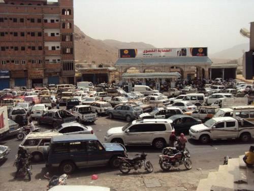 دعوات التظاهر تعيد طوابير السيارات أمام محطات الوقود