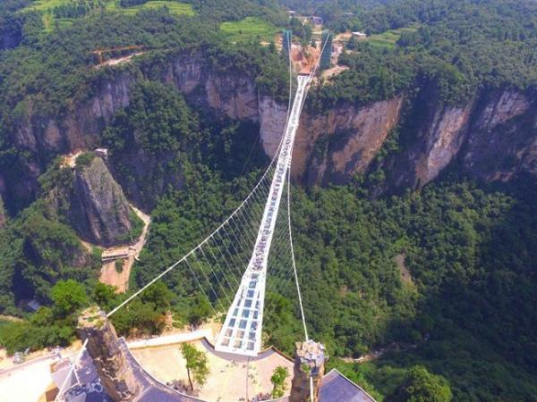 أطول وأعلى جسر زجاجي معلق في العالم، في صور
