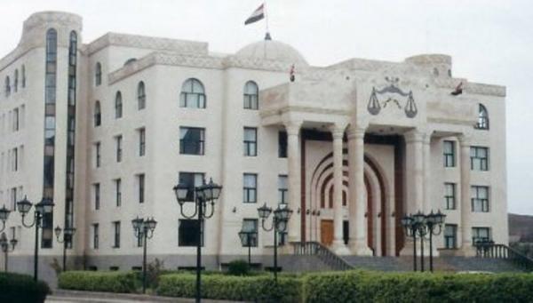 وقفة احتجاجية لعشرات المواطنين أمام مكتب النائب العام بصنعاء للمطالبة بالإفراج عن أفراد من مركز شرطة 22 مايو