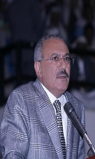 صالح يلقي كلمة خلال مشاركته تشييع جنازة الشهيد خالد الرضي