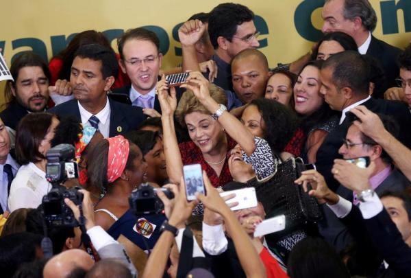 بالصور: أنصار الرئيسة ديلما روسيف يغرقون شوارع البرازيل