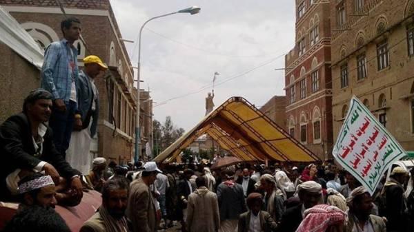 نصب خيام الاعتصام في أحد الشوارع المؤدية إلى رئاسة الوزراء