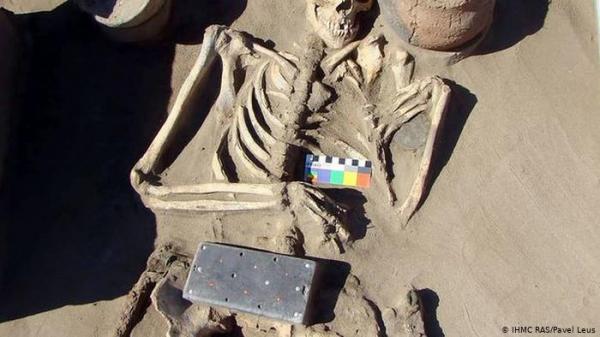 """العثور على ما يشبه """"الآيفون"""" بعمر 2100 سنة في قبر امرأة شابة في روسيا.. فما حقيقة هذا الاكتشاف؟"""