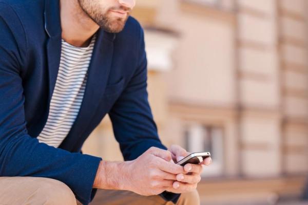 دراسة: التعلق الشديد بالهاتف الذكي يؤثر سلباً على العمل