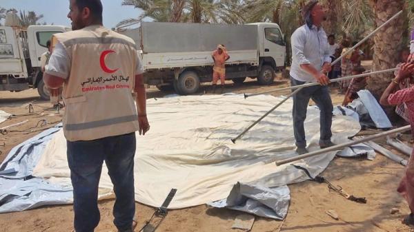 """""""هلال الإمارات"""" يقدم مساعدات إيوائية وغذائية للناجين من قصف مليشيا الحوثي على حي سكني في حيس"""