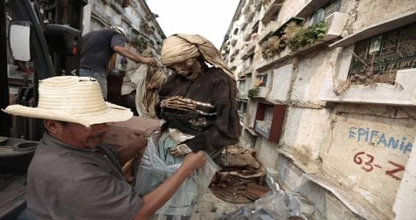 """بسبب الإيجار.. سكان """"جواتيمالا"""" يخلون القبور من الموتى"""