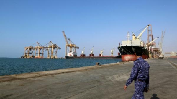 لجنة حكومية تحمِّل مليشيات الحوثي مسؤولية توقف السفن قبالة ميناء الحديدة
