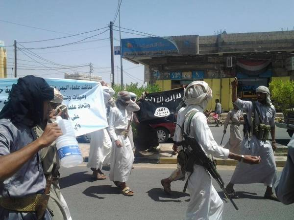 «القاعدة» يتظاهر بشعاراته ويدعو للاحتشاد وصلاة الجمعة بالبيضاء وسط اليمن
