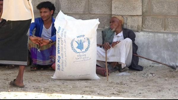 """الحوثيون ينهبون مساعدات """"الغذاء العالمي"""" ويبيعونها في إب"""
