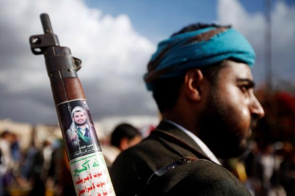 فتاة تتمكن من تخليص نفسها من محاولة قيادي حوثي اختطافها بعد الاعتداء عليها بالضرب في أحد شوارع صنعاء