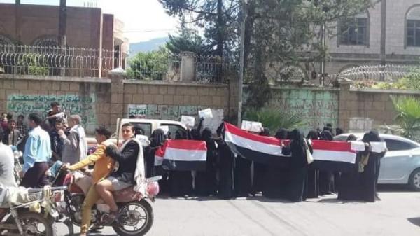 الحوثيون يعتقلون شباباً في إب ويعتدون على النساء