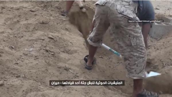 بالفيديو- مشاهد تظهر قيام الحوثيين بنبش جثث قياداتها بعد مصرعهم بمعارك حيران حجة