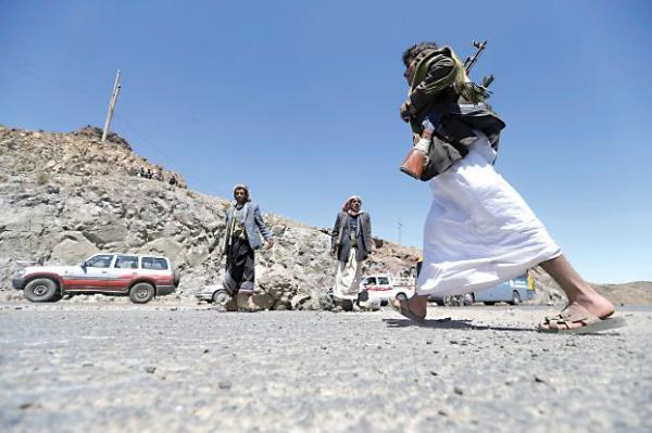 الحوثيون بإب يقتلون مسلحاً من أتباعهم ويصيبون آخر عقب فرارهما من جبهة البيضاء