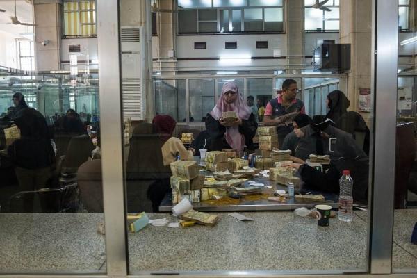 تحذيرات من انهيار الاقتصاد اليمني مع استنفاد الوديعة السعودية