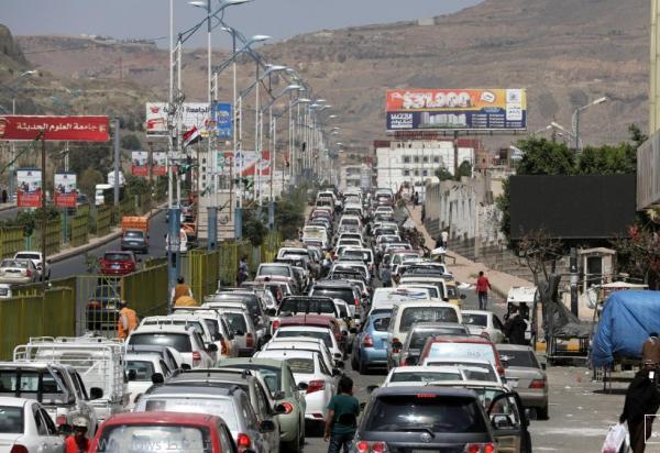 الحكومة تؤكد استعدادها توفير الوقود لمناطق الحوثيين بأقل من أسعارهم
