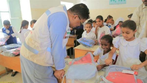 هلال الامارات يدشن مشروع توزيع الحقائب المدرسية بالساحل الغربي ويوزع الف سلة غذائية