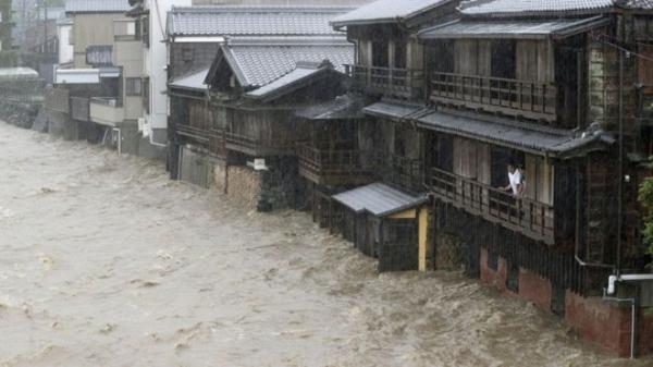 بالصور: أقوى إعصار يضرب اليابان منذ 60 عاما