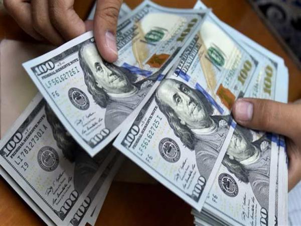 الدولار يهبط بعد تسجيل مبيعات تجزئة دون التوقعات