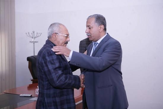 صالح يستقبل قيادات المؤتمر المهنئة بنجاح العملية الجراحية