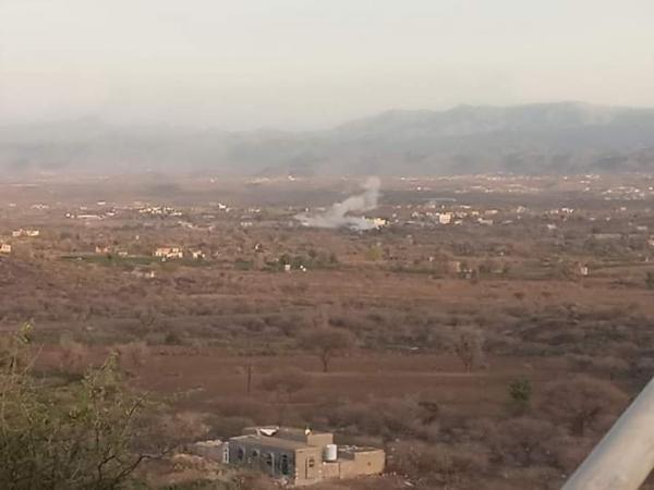 قذائف الحوثي تستهدف مخيم النازحين في الفاخر بالضالع