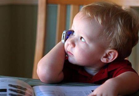طفل يتصل بالنجدة لمساعدته في واجب الرياضيات