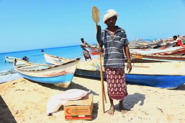 الهلال الإماراتي يقدم مساعدات غذائية للصيادين في الخوخة