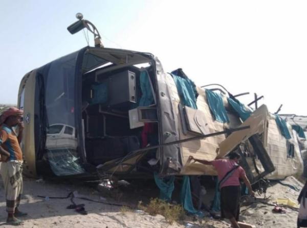 وفاة ثلاث نساء وإصابة آخرين في انقلاب باص على طريق شبوة - أبين