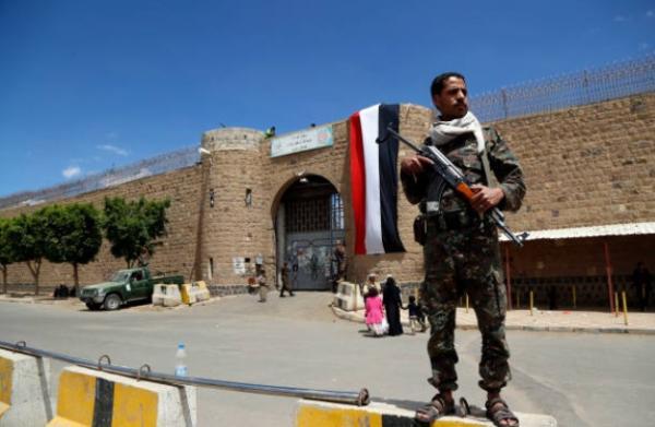 مليشيا الحوثي تعتقل 26 ضابطاً من الأمن السياسي وتمارس بحقهم انتهاكات نفسية وجسدية