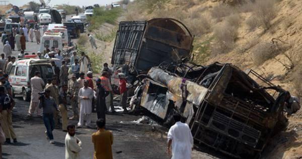 56 قتيلا في اصطدام بين حافلة وشاحنة في باكستان