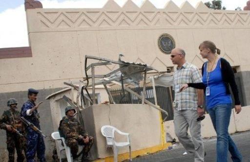 ترجمة| السفارة الأمريكية بصنعاء تقلص موظفيها وتحض الأمريكيين على المغادرة