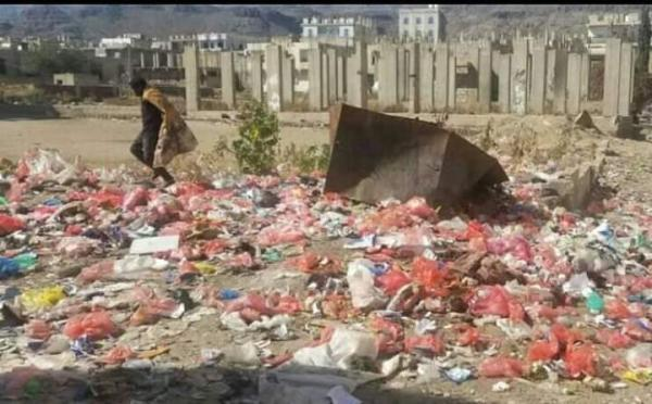 """شوارع وأحياء """"دمت"""" الضالع تغرق في النفايات"""