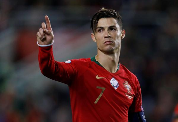 رونالدو يسجل ثلاثية في فوز البرتغال ويقترب من هدفه الدولي المئة