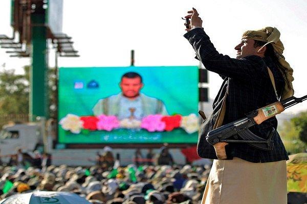 على خلفية رفضه توجيهاته.. زعيم المليشيا يوجّه رسالة شديدة اللهجة لعمه عبدالكريم الحوثي