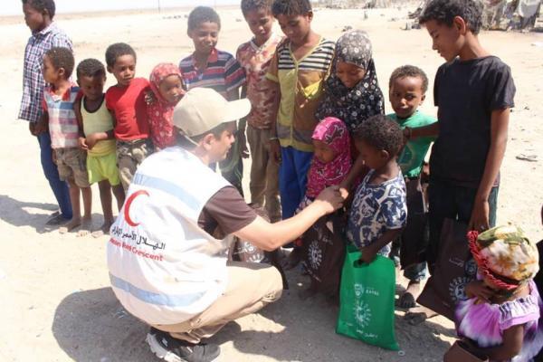 تحت شعار (أطفال اليمن أطفالنا) الهلال الإماراتي يوزع الهدايا للأطفال النازحين غرب عدن